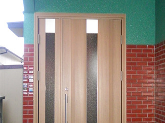 エクステリアリフォーム 使いやすく安全性もバツグンのモダンなドア