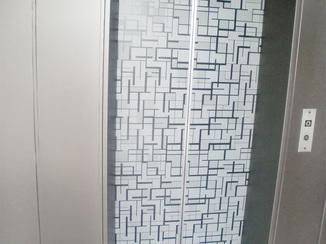 内装リフォーム 扉の柄が空間のアクセント。エレベーターの内装リフォーム