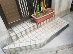 小工事一部を削ってモルタル仕上に。駐車が楽にできる玄関アプローチ